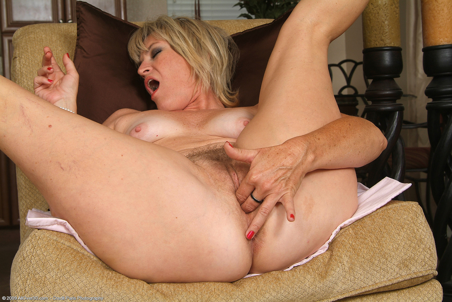 Old lady fingering her pussy